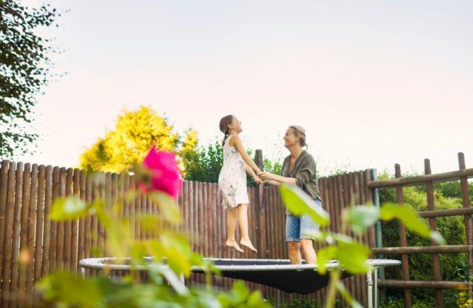 Deshalb gehört ein Gartentrampolin auf jedes Grundstück mit Kindern